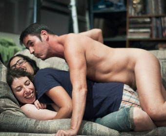 """Couchsurfer auf dem Sofa von """"Naked Paul"""" in Brooklyn; Malte Jäger/laif"""