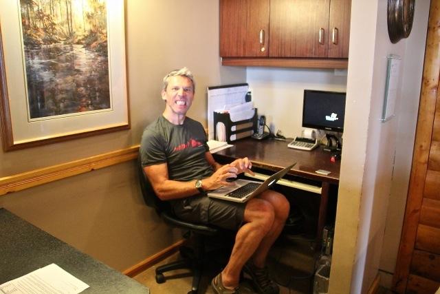 Dirk sitzt an der Rezeption, um Netz zum bloggen zu haben