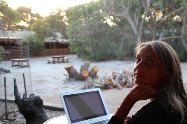 Susanne wartet auf eine gute Verbindung auf Kangaroo Island