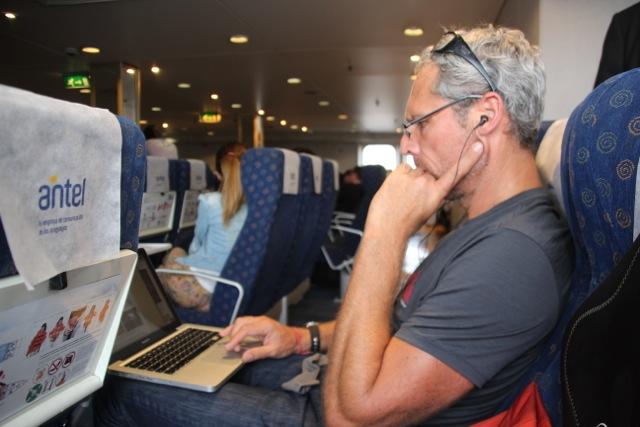 Dirk betreibt heavy blogging im Buquebus auf dem Weg nach Montevideo