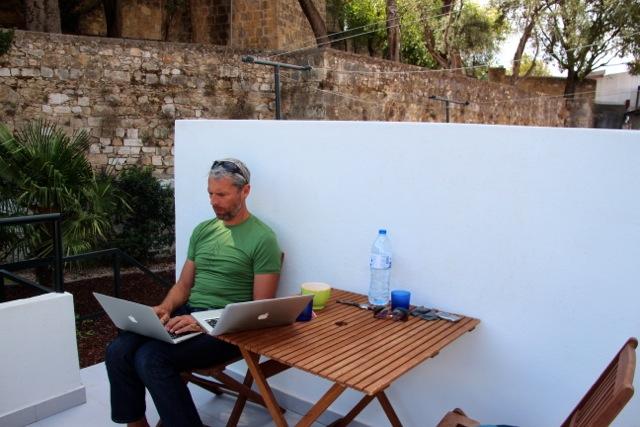 Lissabon: Dirk schreibt auf der Veranda