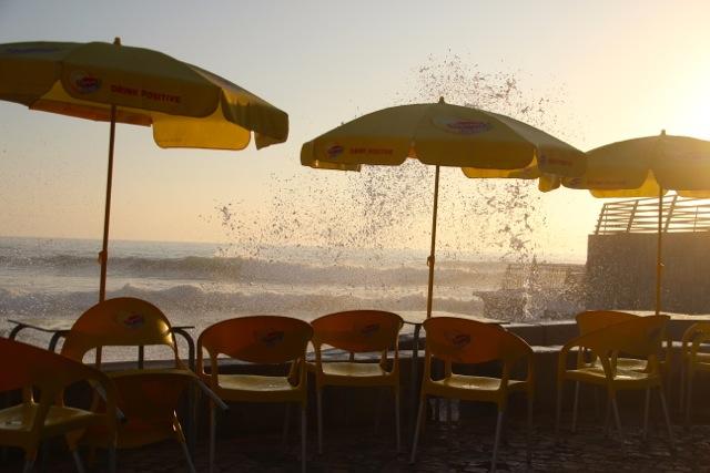 in Ericeira spritzt das Meerwasser auf die Stühle der Strandbar