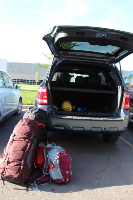 unsere Rucksäcke vor dem Mietwagen in Kanada