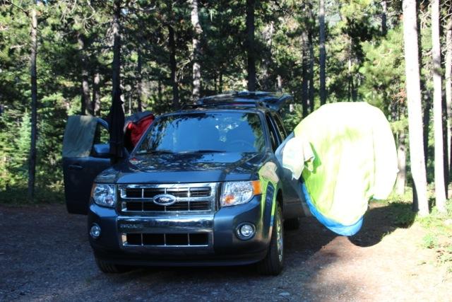 die Schlafsäcke entfalten sich am Auto