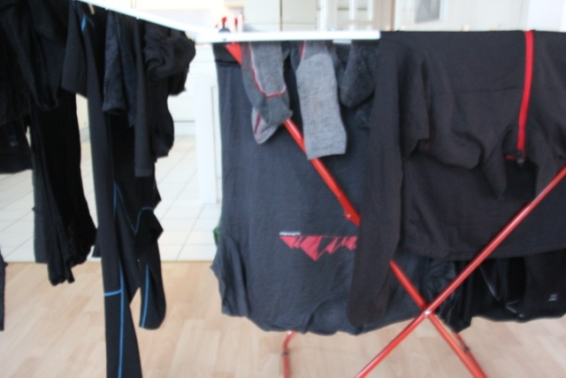 trauriger Anblick, saubere Wäsche auf dem Wäscheständer