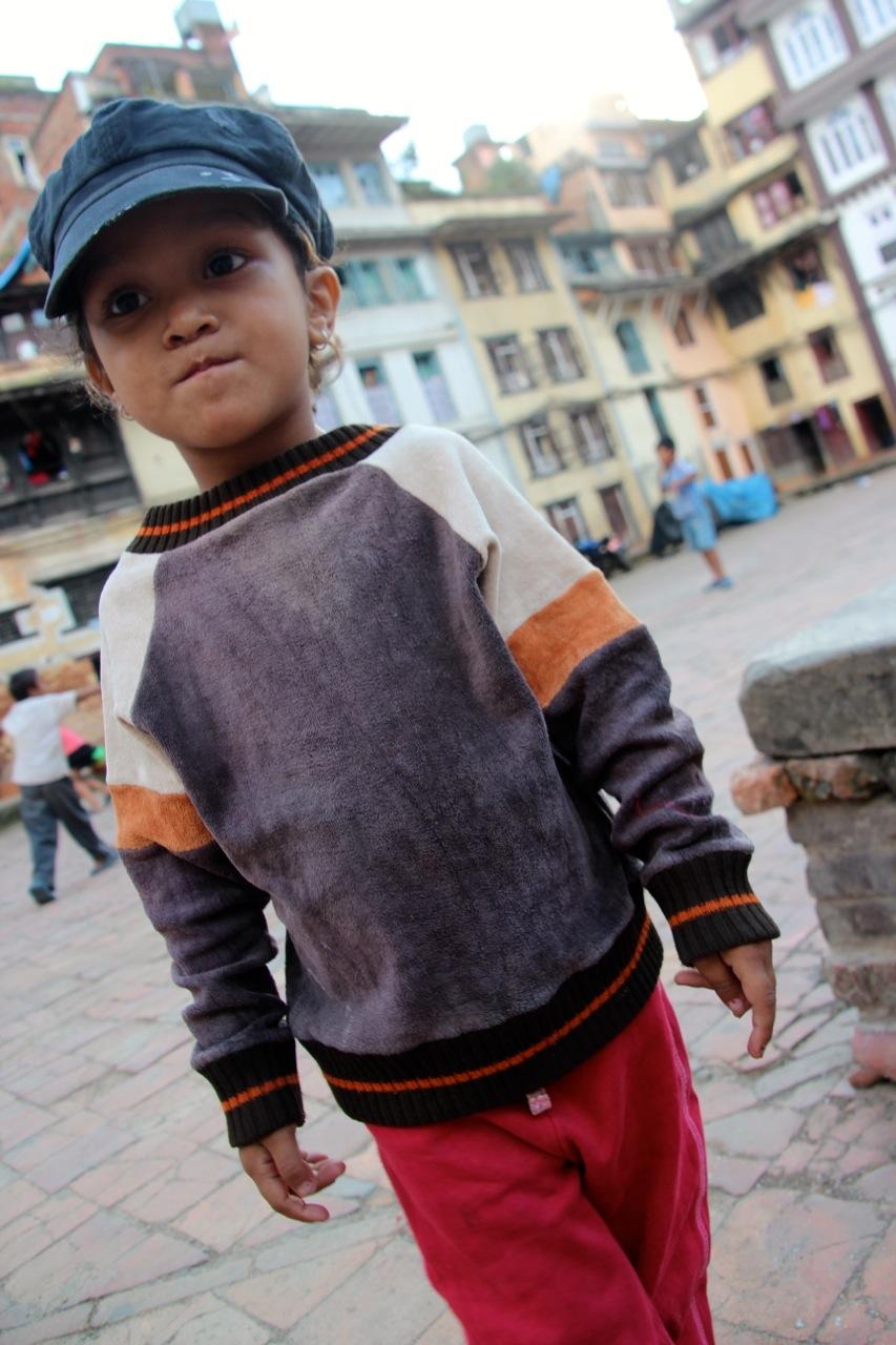 kleines neugieriges Mädchen in Kathmandu