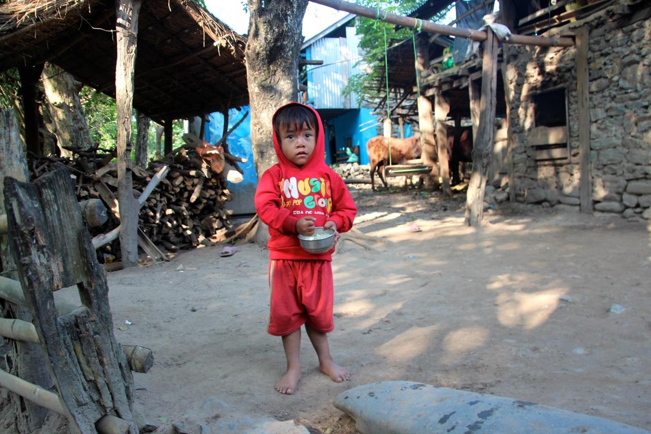Kind im Dorf staunt über uns