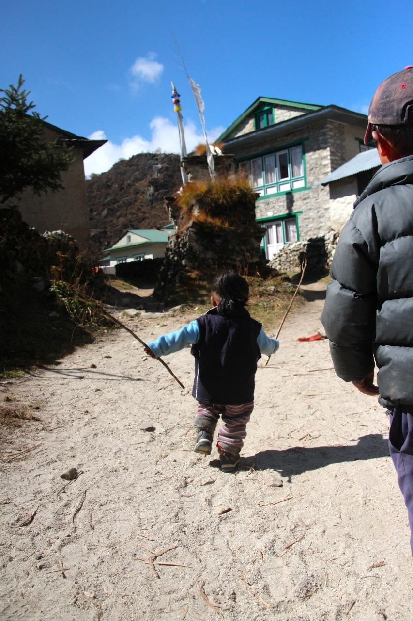 ein Kind spielt mit Stöcken