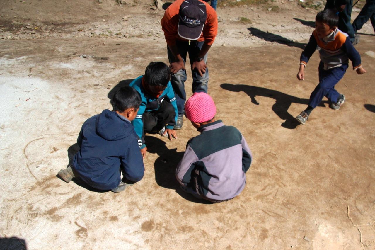 Kinder murmeln im Himalaya