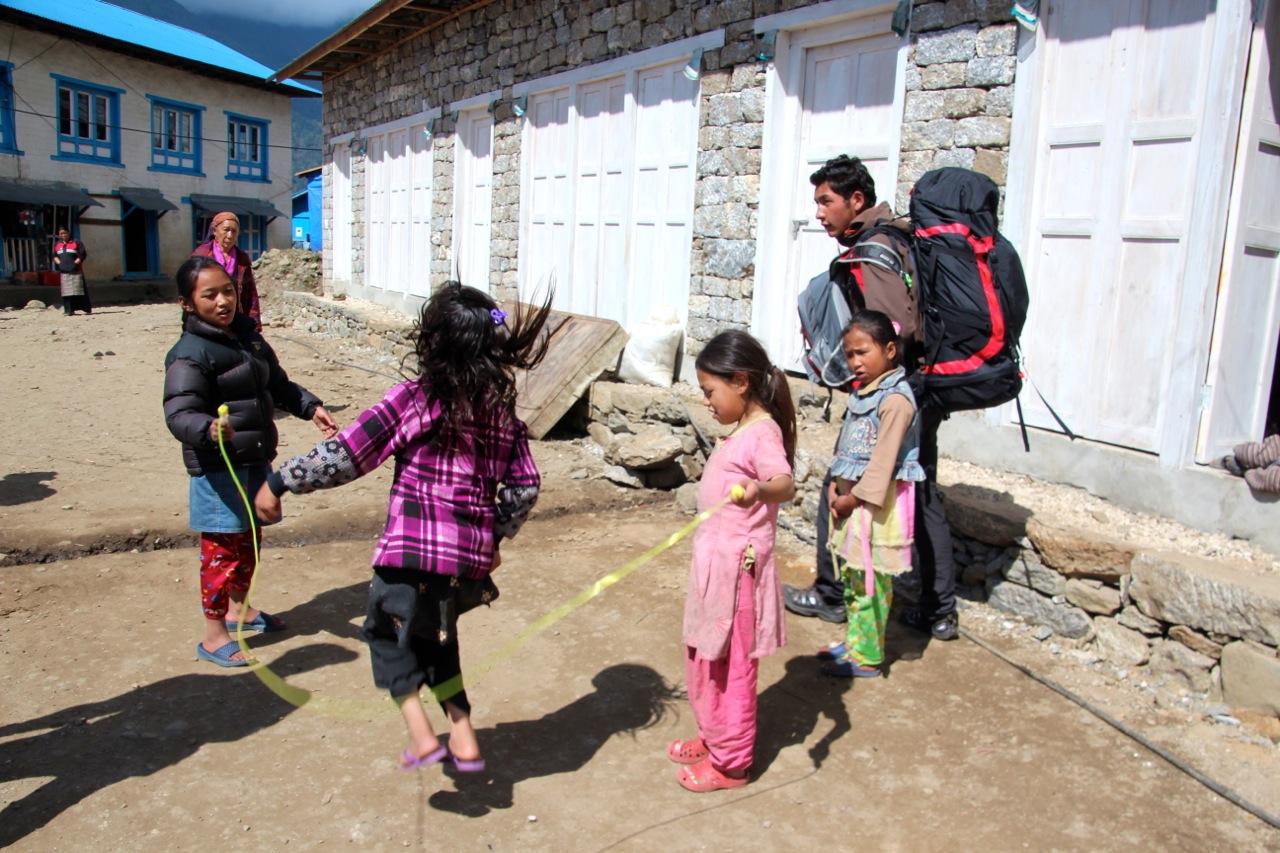 Seilspringen machen Kinder auf der ganzen Welt gerne