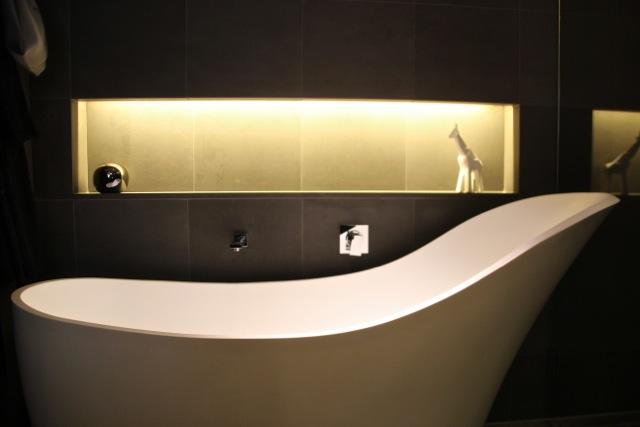 geschwungene Badewanne im QT