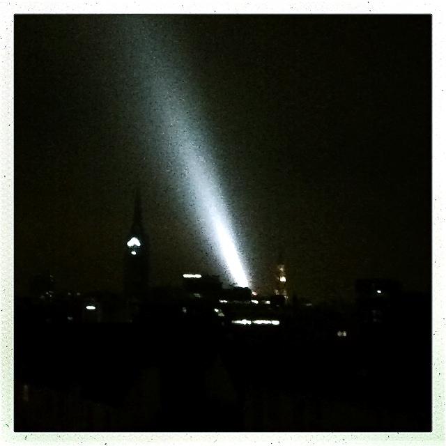in Hamburg hat die Lichtinstallation von Gormley begonnen
