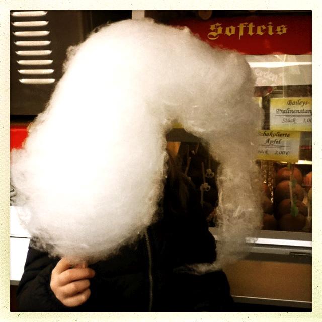 Benita verschwindet hinter der Zuckerwatte