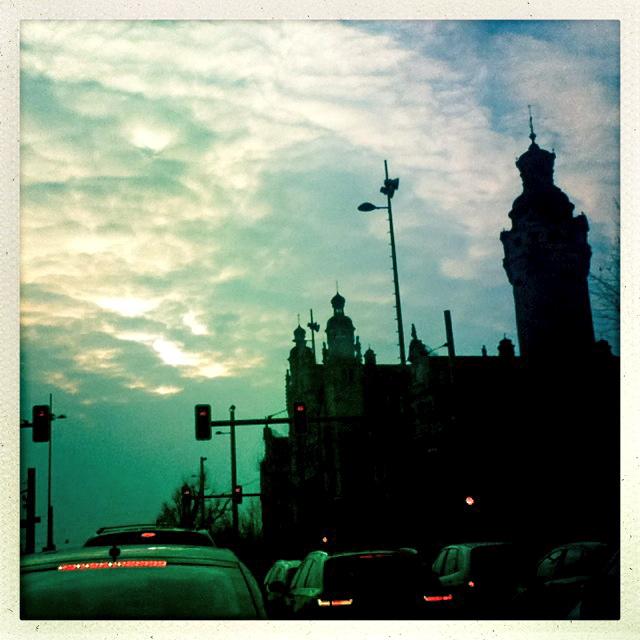 Sonnenuntergang hinter dem Rathaus