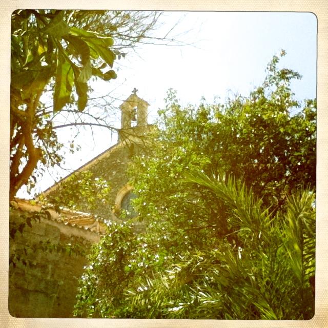 die Dorfkirche ist direkt nebenan