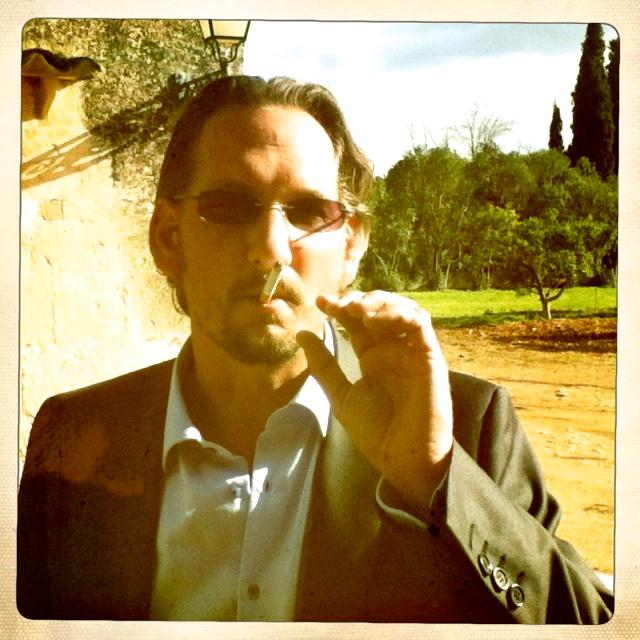 Bräutigam lässig mit Zigarette