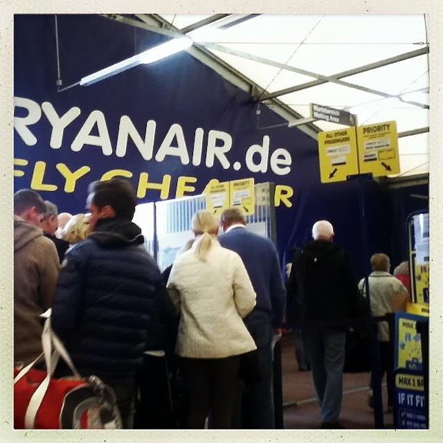 das Zelt als Flughafen: ab Lübeck mit Ryanair