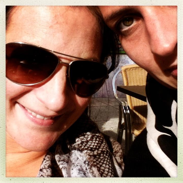 Sandra und Susanne blinzeln in die Sonne
