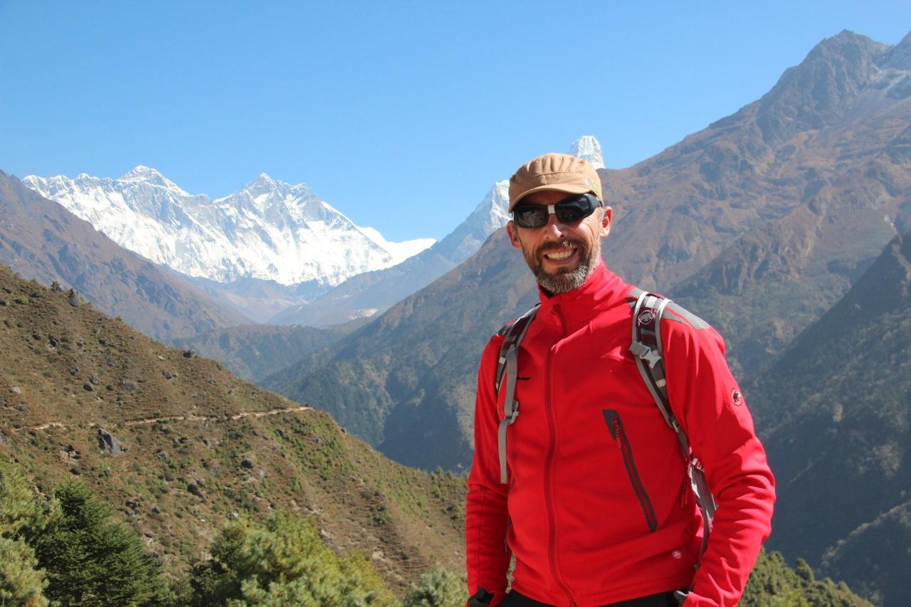 hinter Dirk erkennt man den Mount Everest