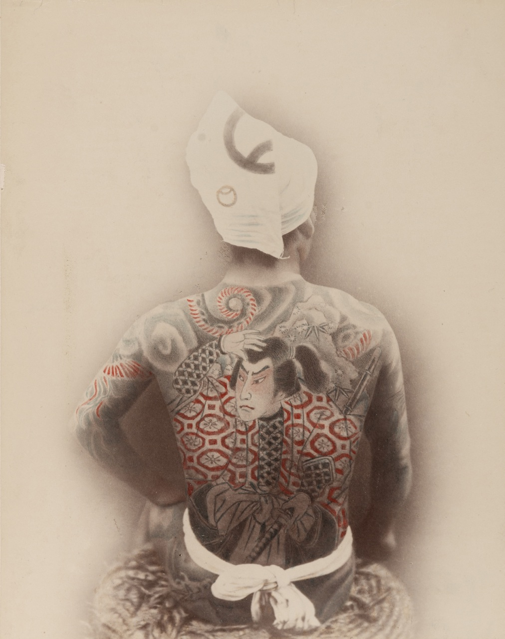 viele Fotos lassen sich nicht mehr zuordnen – anonyme Aufnahme eines Tätowierten Mannes