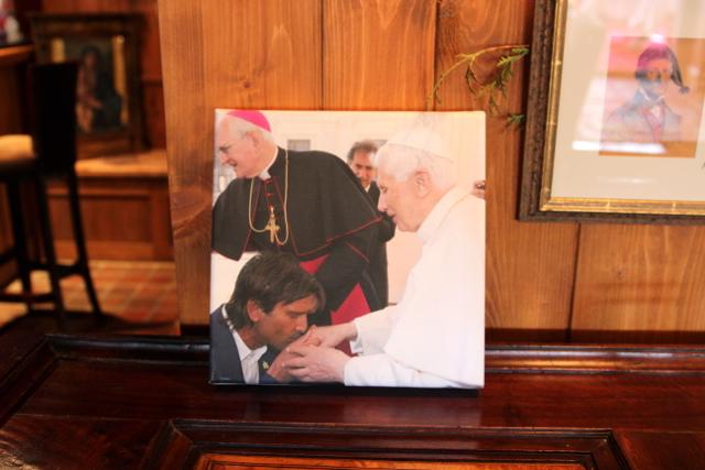dem Papst wird die Hand geküsst