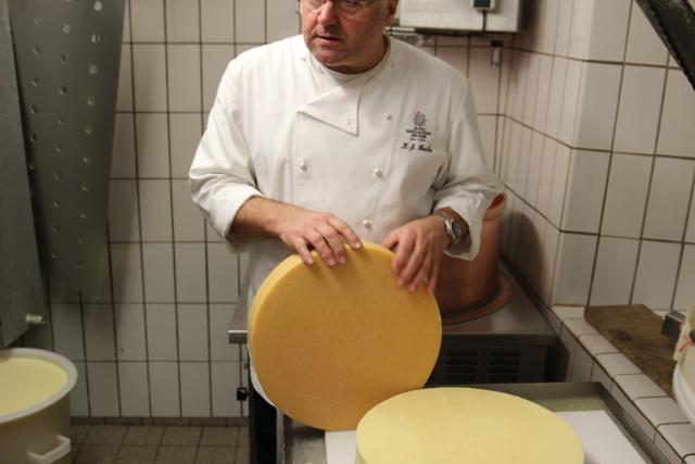 Herr Fuchs geht jeden Tag in die Käserei