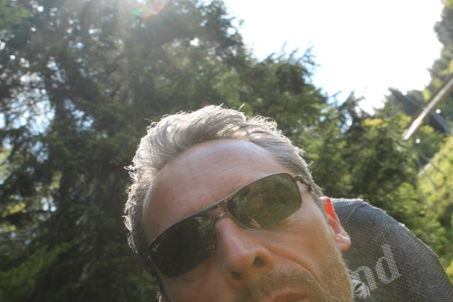 Dirks Haare fliegen im Fahrtwind