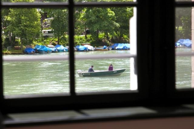einige kleine Boote passieren den Rhein