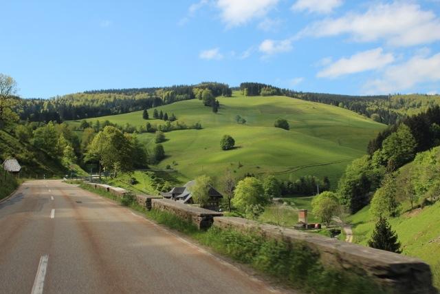 noch mehr grüne Hügel und kurvige Strassen