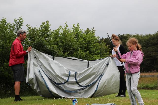 und schon müssen wir das Zelt abbauen