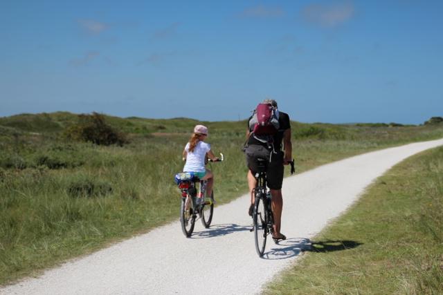Dirk und Benita radeln durch die Dünen