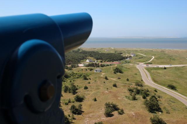 Fernrohr und Blick auf Hollum vom Leuchtturm aus