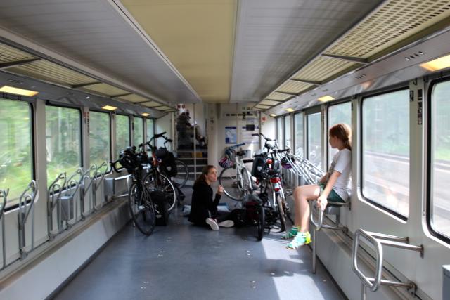 Bahnabteil: Benita und Susanne sitzen rum