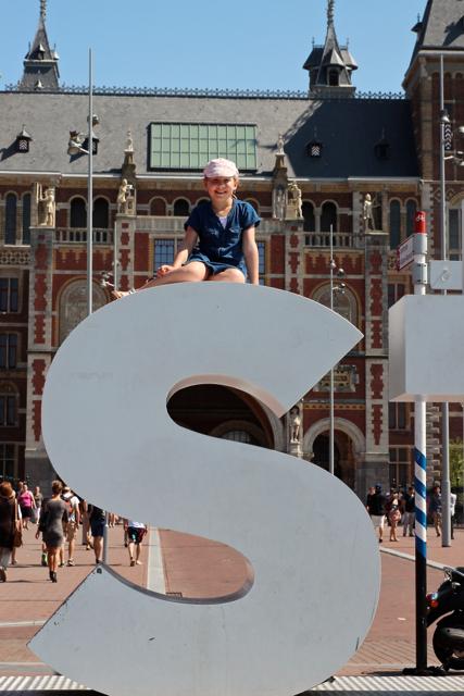 """Benita besetzt das """"S"""" vor dem Rijskmuseum"""