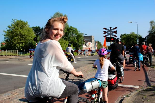 Judith wartet an der Fahrrad-Ampel