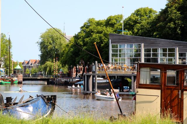 schönes Café am Fluss