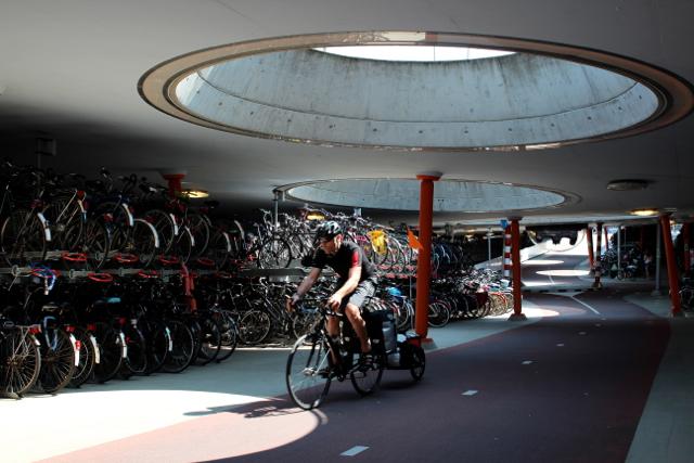 in Groningen stehen unzählige Fahrräder am Bahnhof