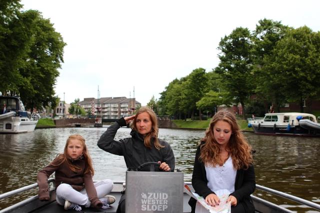 am Steuer des Elektrobootes sitzt Kapitän Susanne