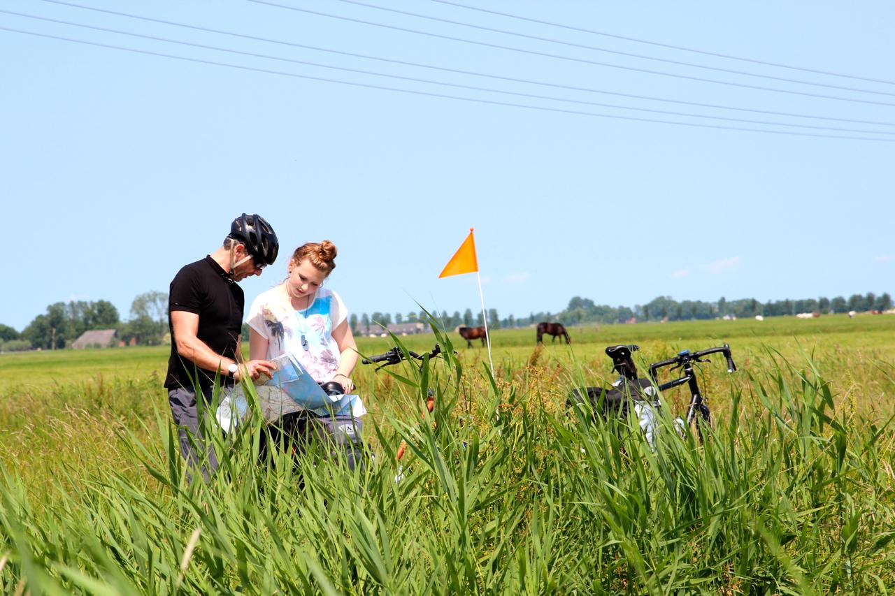 Dirk und Judith überprüfen die Route