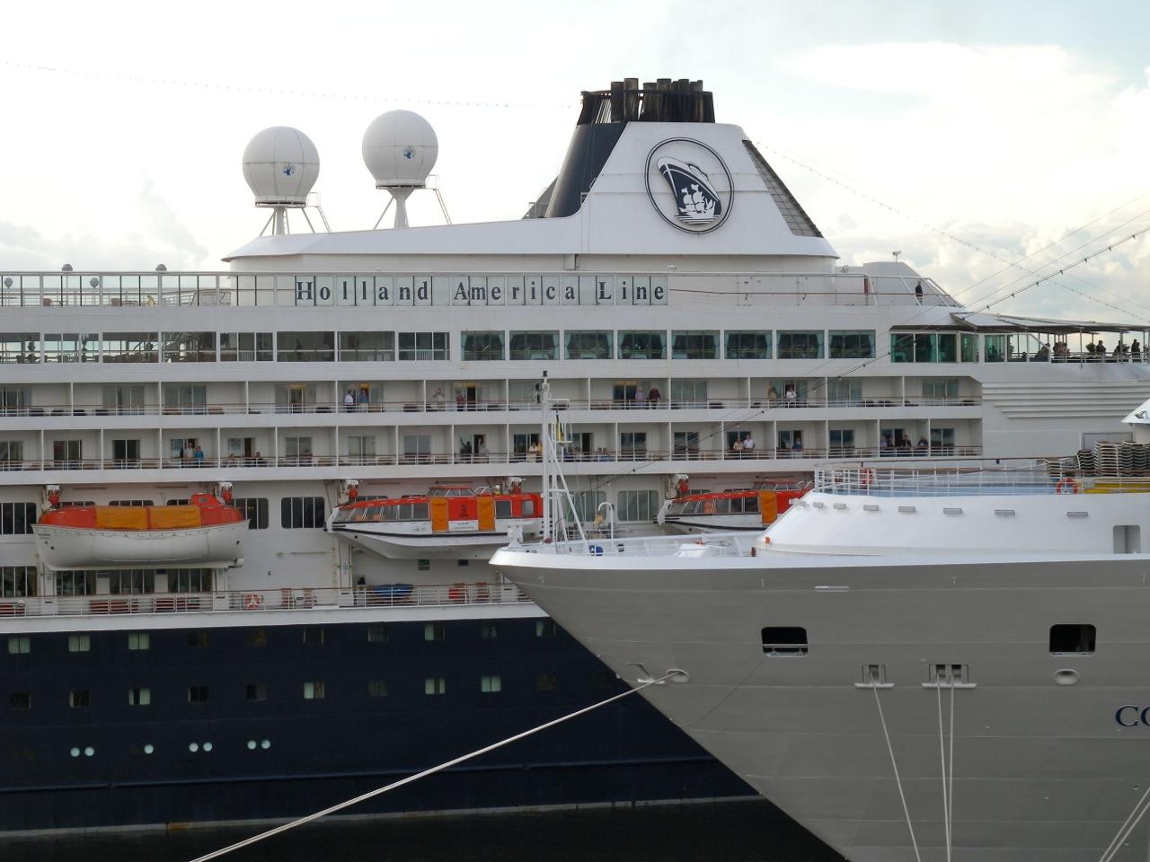 zwei Kreuzfahrtschiffe begegnen sich
