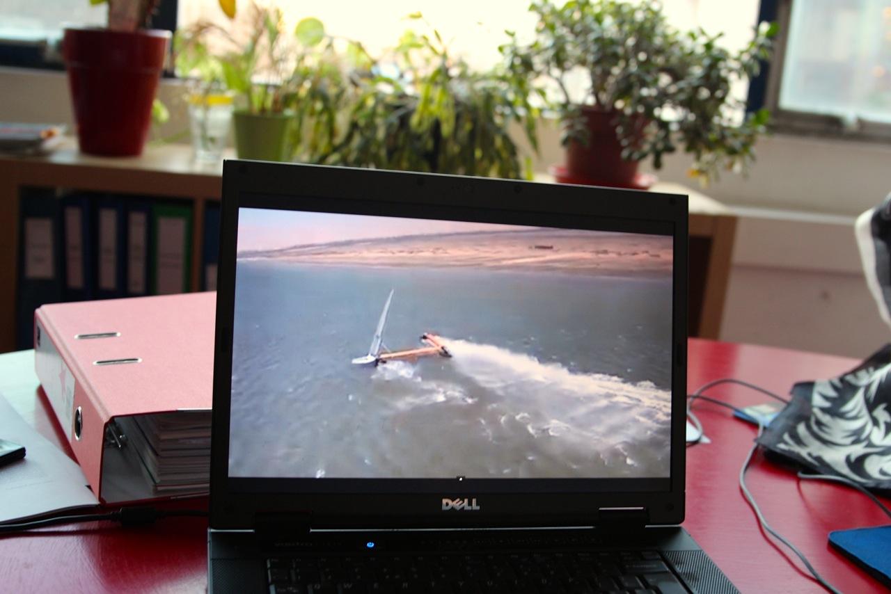 Chris zeigt uns ein Video von dem einst schnellsten Segelboot der Welt