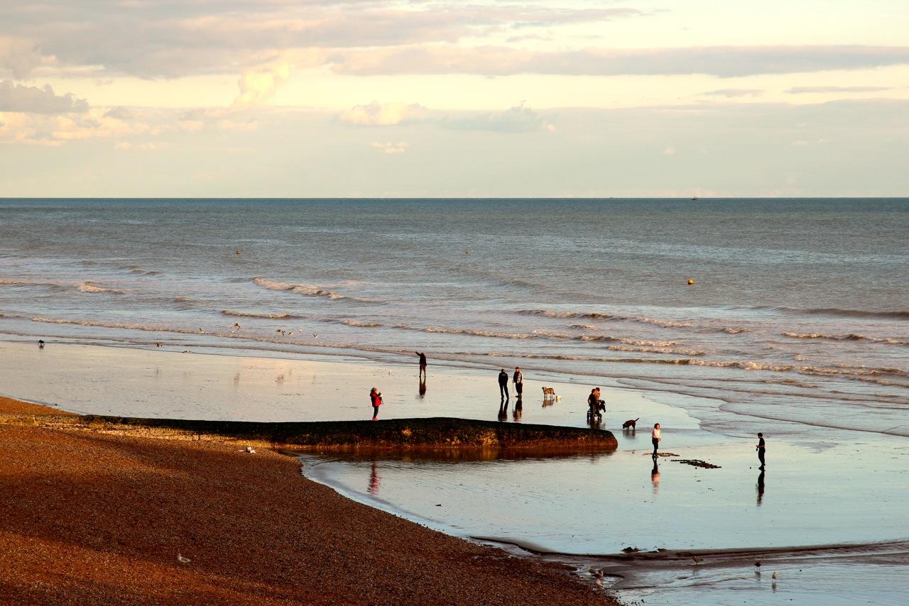 Spaziergang am Strand zum Sonnenuntergang