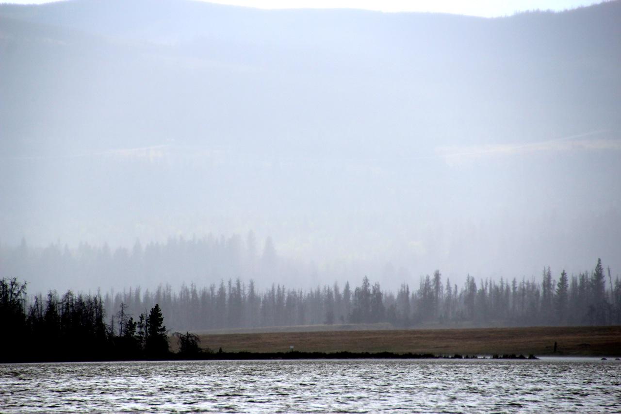 Kanada: der Tunkwa Lake verschwindet hinter einem Regenschauer