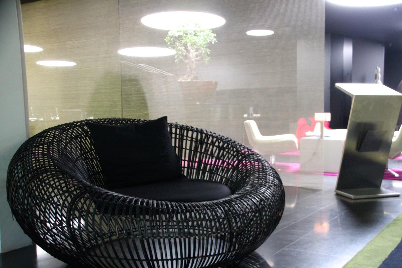 schwarzer Sessel in der Lobby