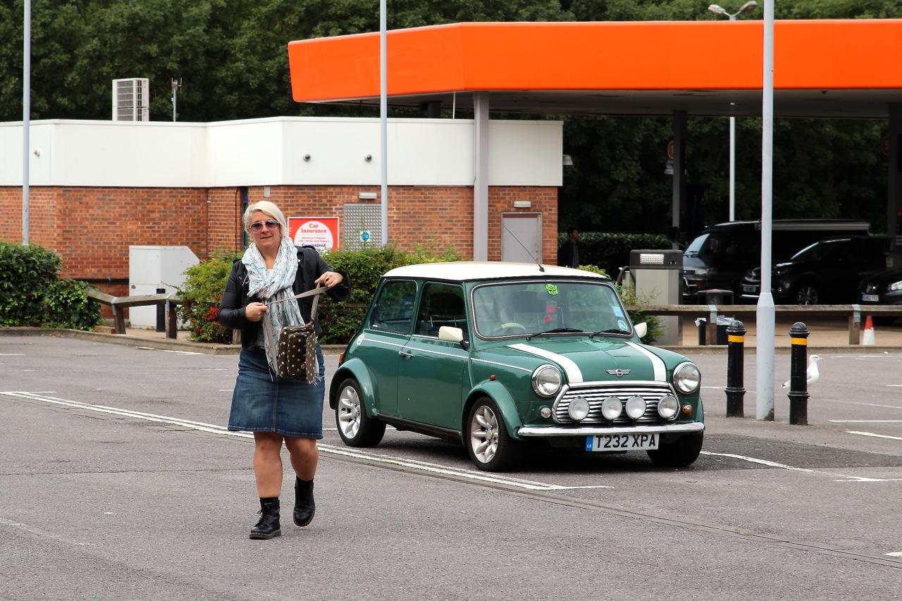 Claire kommt im Mini