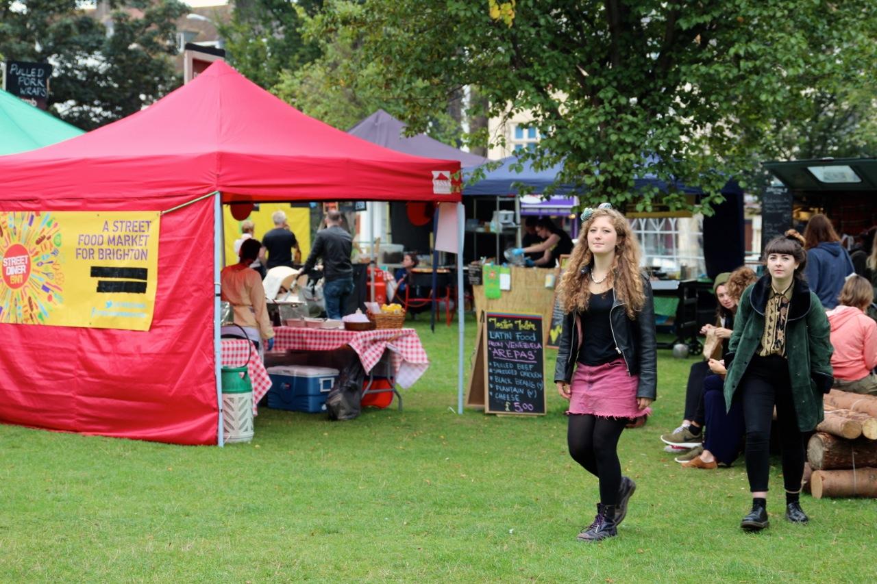 hinter der Kirche findet der Food Market statt