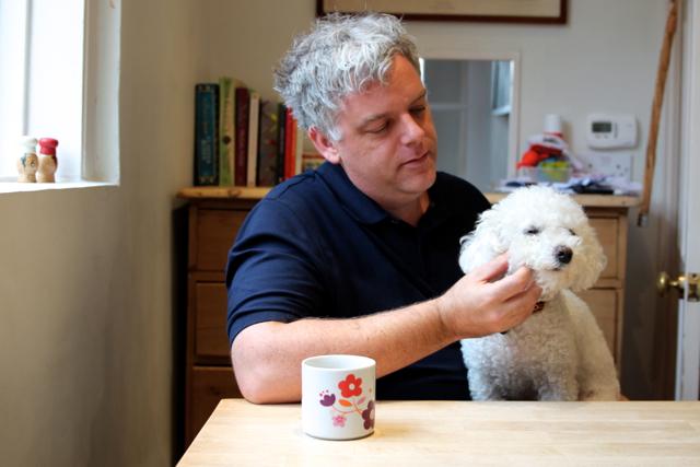 James mit seinem französischen Hund