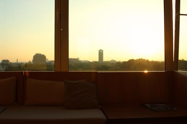 Fensterplatz mit Sonnenuntergang