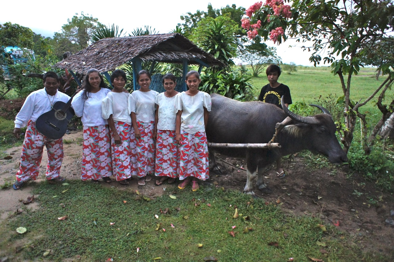 Frauen und Wasserbüffel