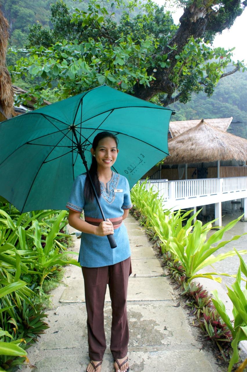 Mitarbeiterin mit Schirm